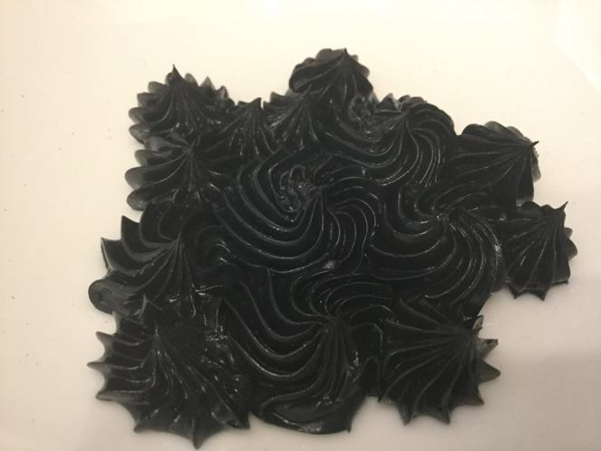 vajkrem_szinezese-feketere-tortaiksola-glazurshop-1 (3)