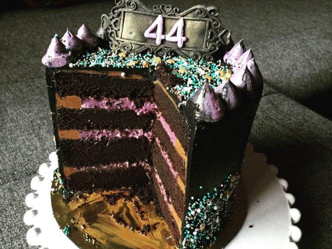 dupla-toltelekes-torta-felvagva-szeder-narancs-csoki-tortaiskola-1 (3)