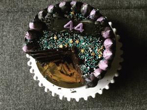 dupla-toltelekes-torta-felvagva-szeder-narancs-csoki-tortaiskola-1 (6)
