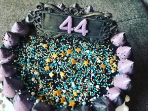 dupla-toltott-torta-fekete-vajkremmel-tortaiksola-1 (1)