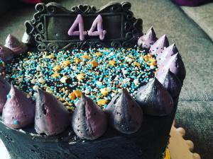 dupla-toltott-torta-fekete-vajkremmel-tortaiksola-1 (2)