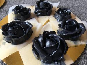 fekete_vajkrem-rozsak-tortaiksola-1 (1)