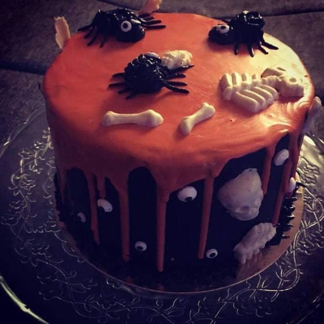 halloween-torta-karamell-habbal-parizsi-kremmel-konnyu-piskotaval-glazurshop-tortaiskola-1-1