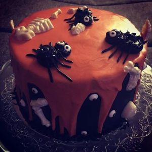 halloween-torta-karamell-habbal-parizsi-kremmel-konnyu-piskotaval-glazurshop-tortaiskola-1-4