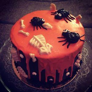 halloween-torta-karamell-habbal-parizsi-kremmel-konnyu-piskotaval-glazurshop-tortaiskola-1-8