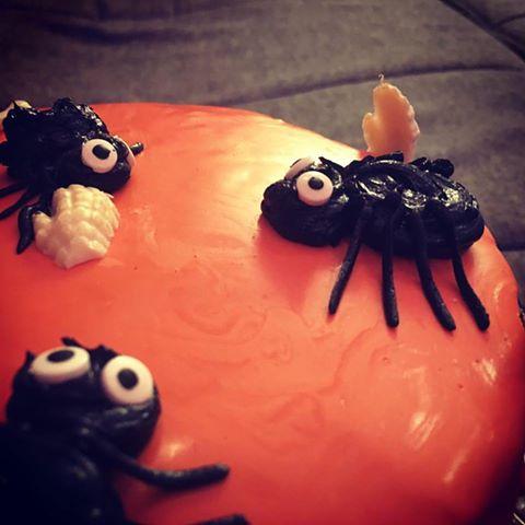 halloween-torta-karamell-habbal-parizsi-kremmel-konnyu-piskotaval-glazurshop-tortaiskola-1-9
